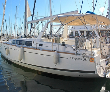 Side view of the Beneteau Oceanis 38.1. - Tifon ready to sail the sea