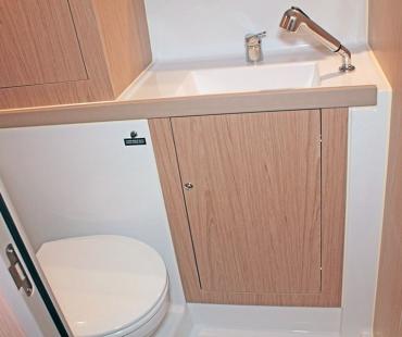 Head witth storage, shower and sink