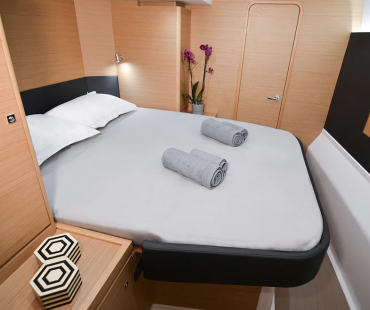 Second double cabin with light grey linen and towels