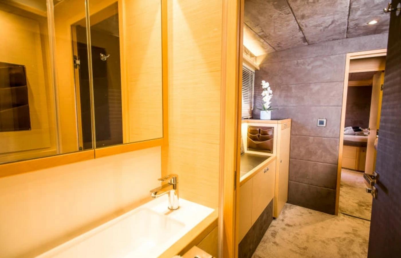 Luxury bathroom on board the LAGOON 620