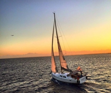 Hanse 385 - Sernaka sailing into the sunset
